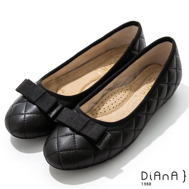 【DIANA】2cm質感牛皮經典菱格紋平蝴蝶結飾釦圓頭娃娃鞋(黑)