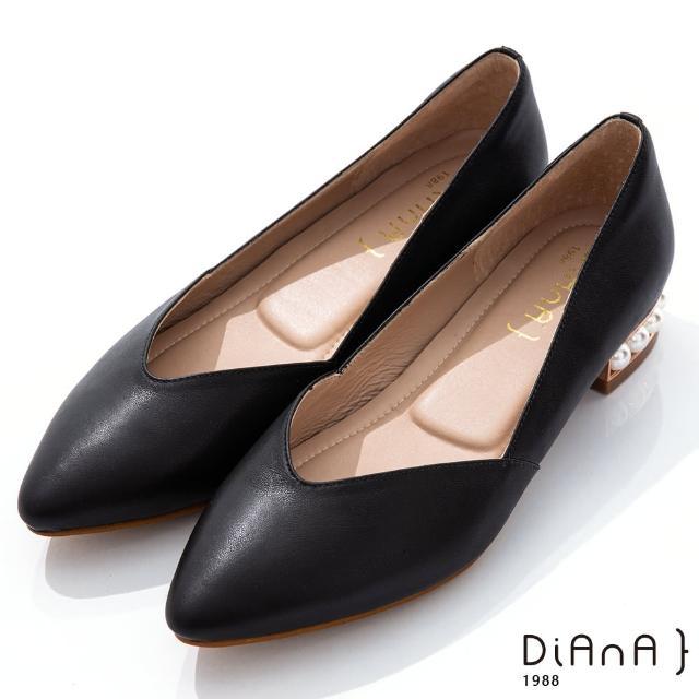 【DIANA】DIANA 3cm羊皮線條珍珠電鍍飾釦尖頭低跟鞋-優雅女伶(黑)