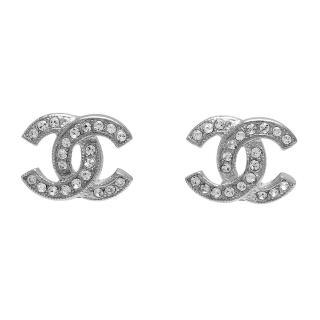 【CHANEL】香奈兒經典雙C LOGO 水鑽鑲嵌滾邊壓紋穿式耳環(銀88429-ARG)