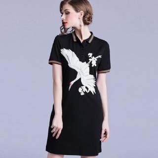 【a la mode 艾拉摩兒】月光黑仙鶴刺繡彩條滾邊短裙洋裝(S-2XL)
