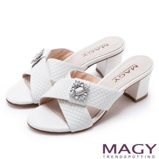 【MAGY】耀眼時尚 寬版交叉壓紋牛皮粗跟涼拖鞋(白色)