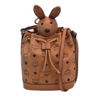 【MCM】經典Visetos品牌LOGO皮革印花可愛小兔束口斜背包(棕色MYZ8AXL45-CO001)