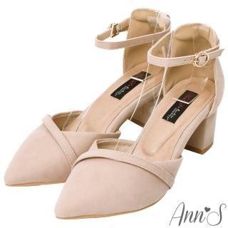 【Ann'S】柔美心動-絨面造型斜帶顯瘦繞踝粗跟尖頭鞋5.5cm(粉杏)