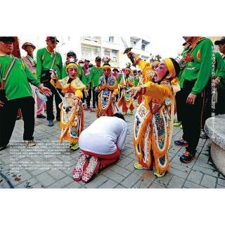 【限量拱天宮過火媽祖鑰匙扣+白沙屯媽祖明信片】朝聖台灣:燒王船、迎媽祖 一位攝影記者的三十年祭典行腳
